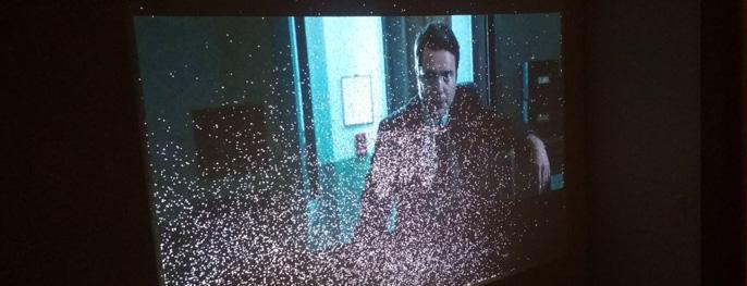Белые точки на экране проектора
